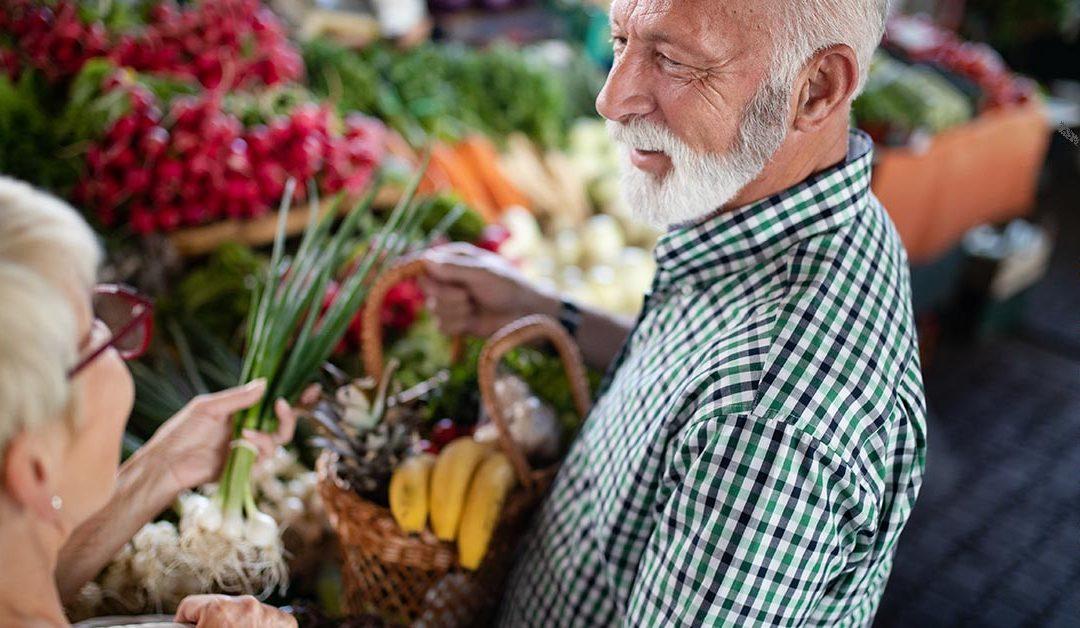 Az idős házaspár egészséges ételeknek örül nagyon a termelői piacon